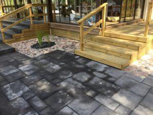 Kivirakentaminen | Kivilaattoja ja puinen terassi